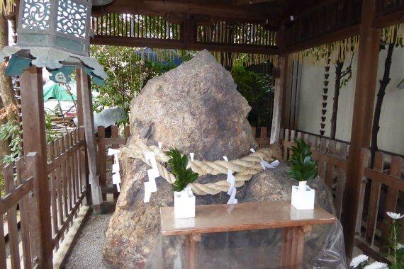京都の摩訶異探訪/西陣の人々に親しまれる奇石「岩上さん」