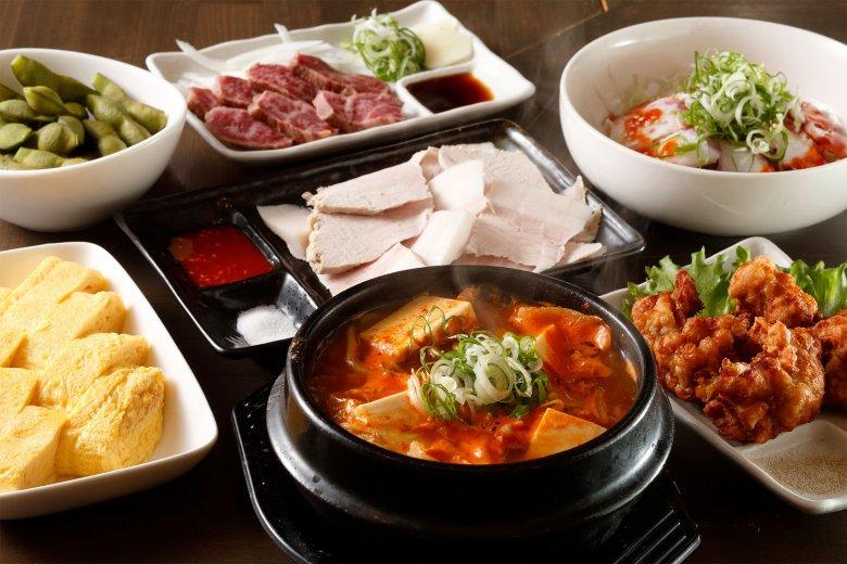お好み焼きからダシ香る一品まで。看板の鉄板焼きの他、その日の素材を使った和食の一品や韓国料理、京都では珍しいかすうどんなど、幅広いメニューを揃えています