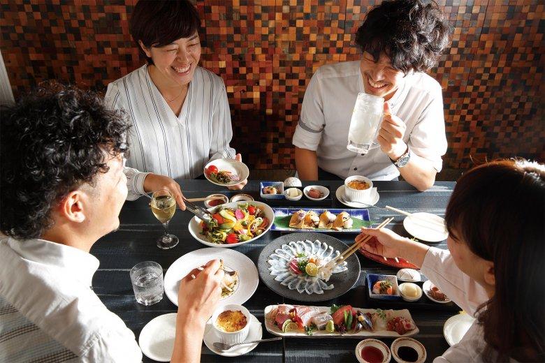 飲み放題付き6,000円コース! てっさ大皿盛りやお造り5種盛りなど、季節の魚をメインにした全9品のコースです。テーブルのほか、掘り炬燵の個室も人気です