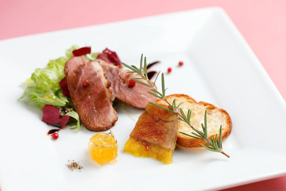 鴨のコンビネーションを楽しむ前菜。フォアグラの香りが残る胸肉のサラダとフォアグラのテリーヌの盛り合わせ