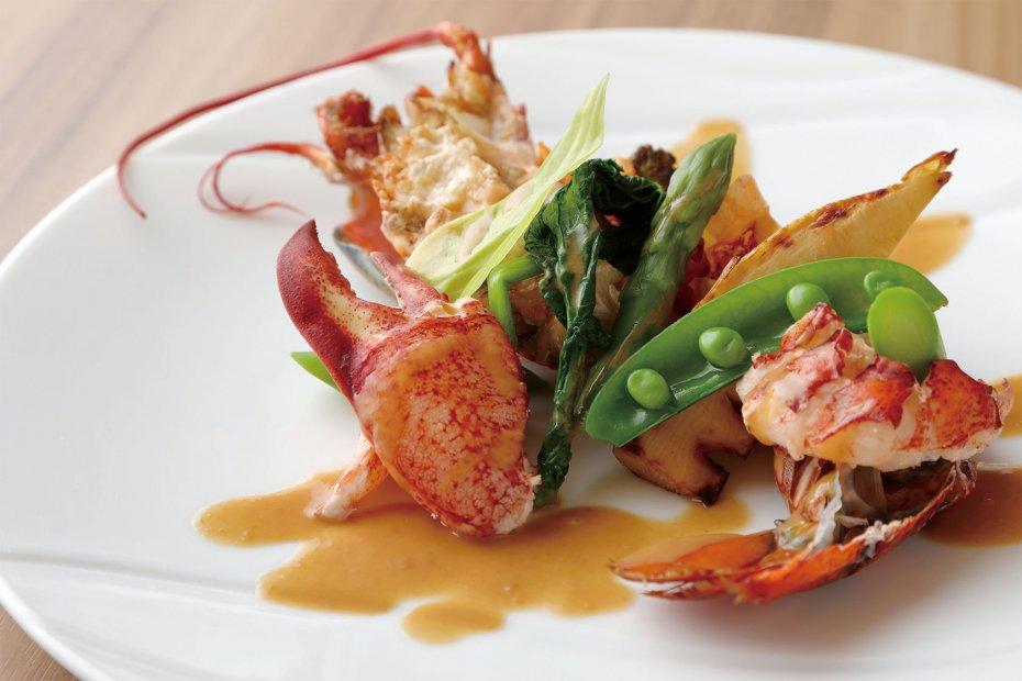 白ワインで数分蒸して殻をはずし、目の前で仕上げていく活けオマール海老は、2人で一尾をシェア。焼きたては甘みも食感も格別
