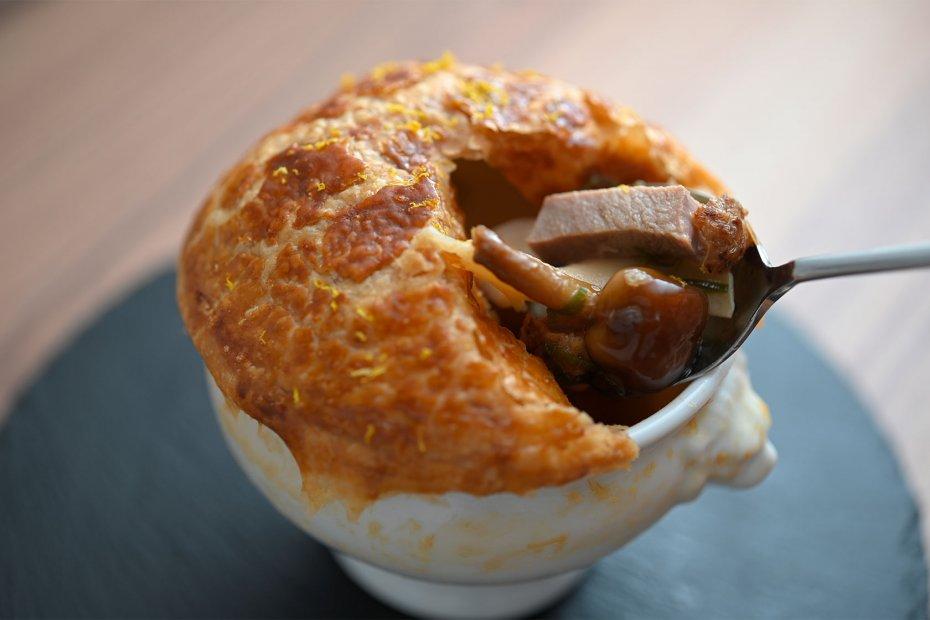 パイ生地の中から立ちのぼるのは、コンソメスープに浮かぶフランス産鴨と茸の豊かな香り。爽やかな柚子がアクセントに