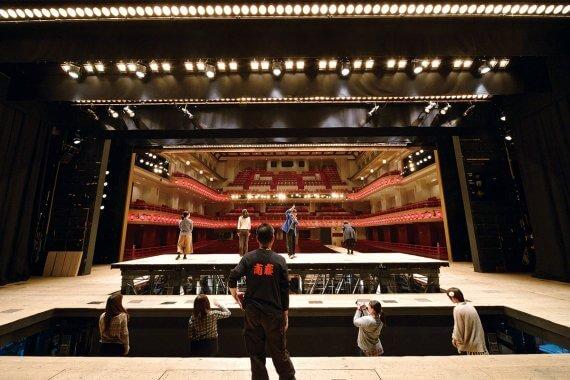 南座にて「夏の舞台体験ツアー」が開催決定、気分は歌舞伎役者!?