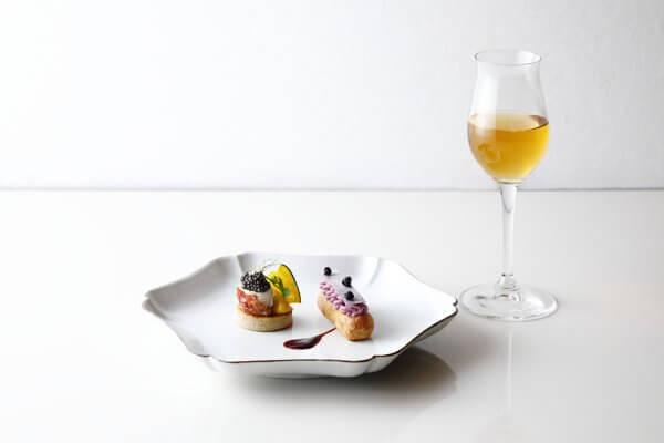 ロブスターとキャビア そば粉のブリニ、カシスと紫芋のエクレア、びわの葉 ジャスミン ブレンド お花茶