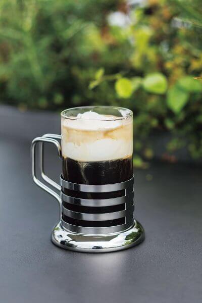 フランベしたアイリッシュウイスキーに、温かいコーヒーとクリームリキュールを合わせたホットカクテル。アイリッシュコーヒー2200円(サ別)