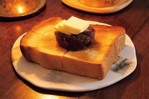 近所の[ニッタベーカリー]の食パンと、西陣[中村製餡所]の餡で作るあんバタートースト550円。11時迄はモーニングセットもある