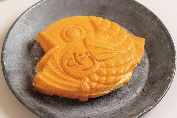 たい焼きは3種類。やさしい甘さの粒餡250円。つぶ餡と[北海道日高乳業]の新鮮なバターを合わせた、餡バター300円。バニラビーンズの風味豊かなロイヤルカスタード250円